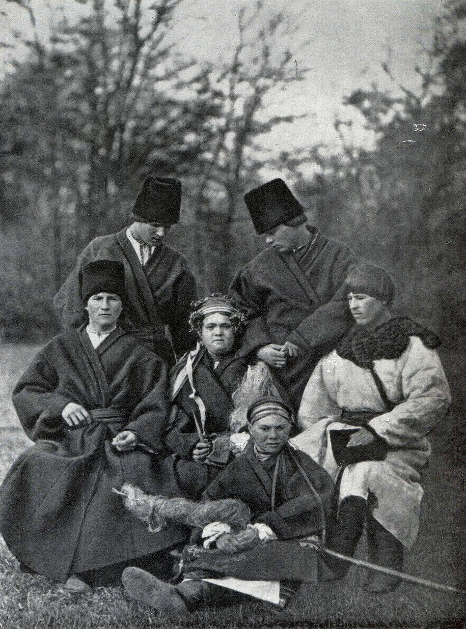 Свадебная группа в зимней одежде. Подолия. Начало ХХ века.
