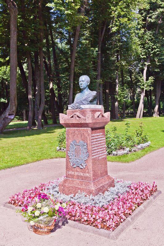 Памятник Петру Вяземскому в дворцовом парке Остафьево