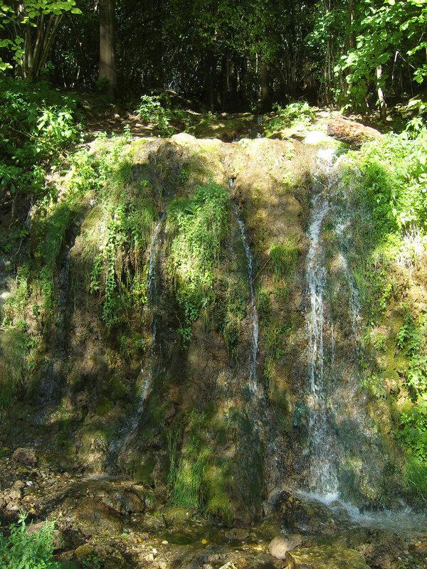 ...и на обрывчике получается водопадик Радужный, или Девичьи Слезы