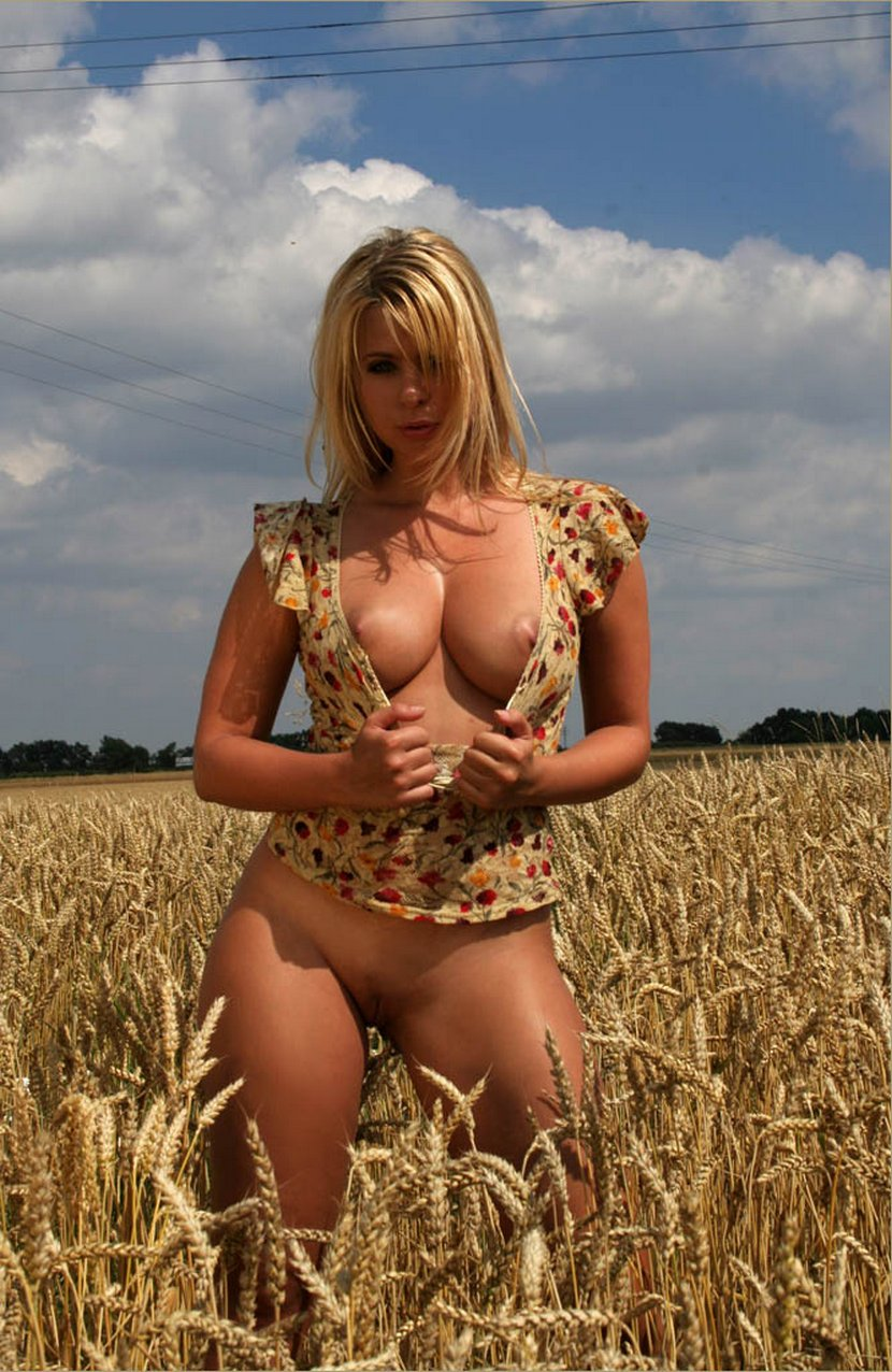 Фото голые в поле 2 фотография