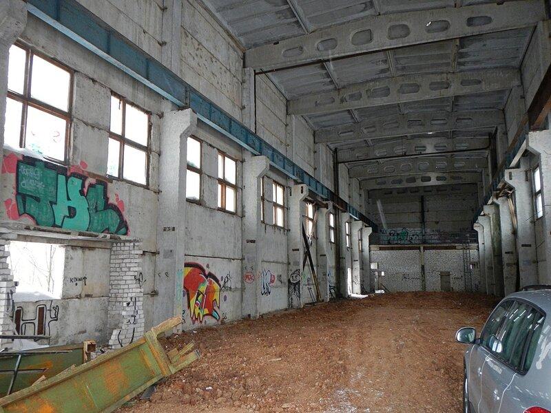 Производственный корпус с засыпанным грунтом центральным бассейном
