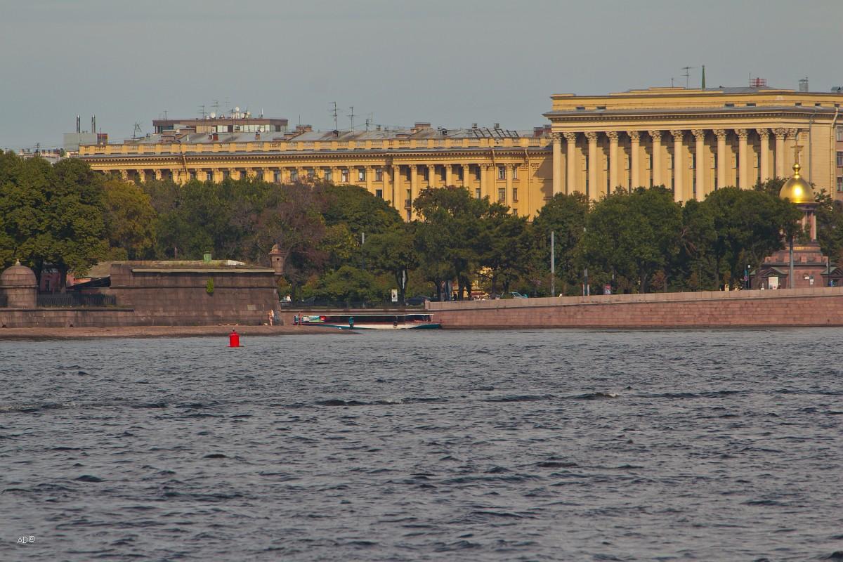 Жилой дом и институт «ЛенНИИпроект»