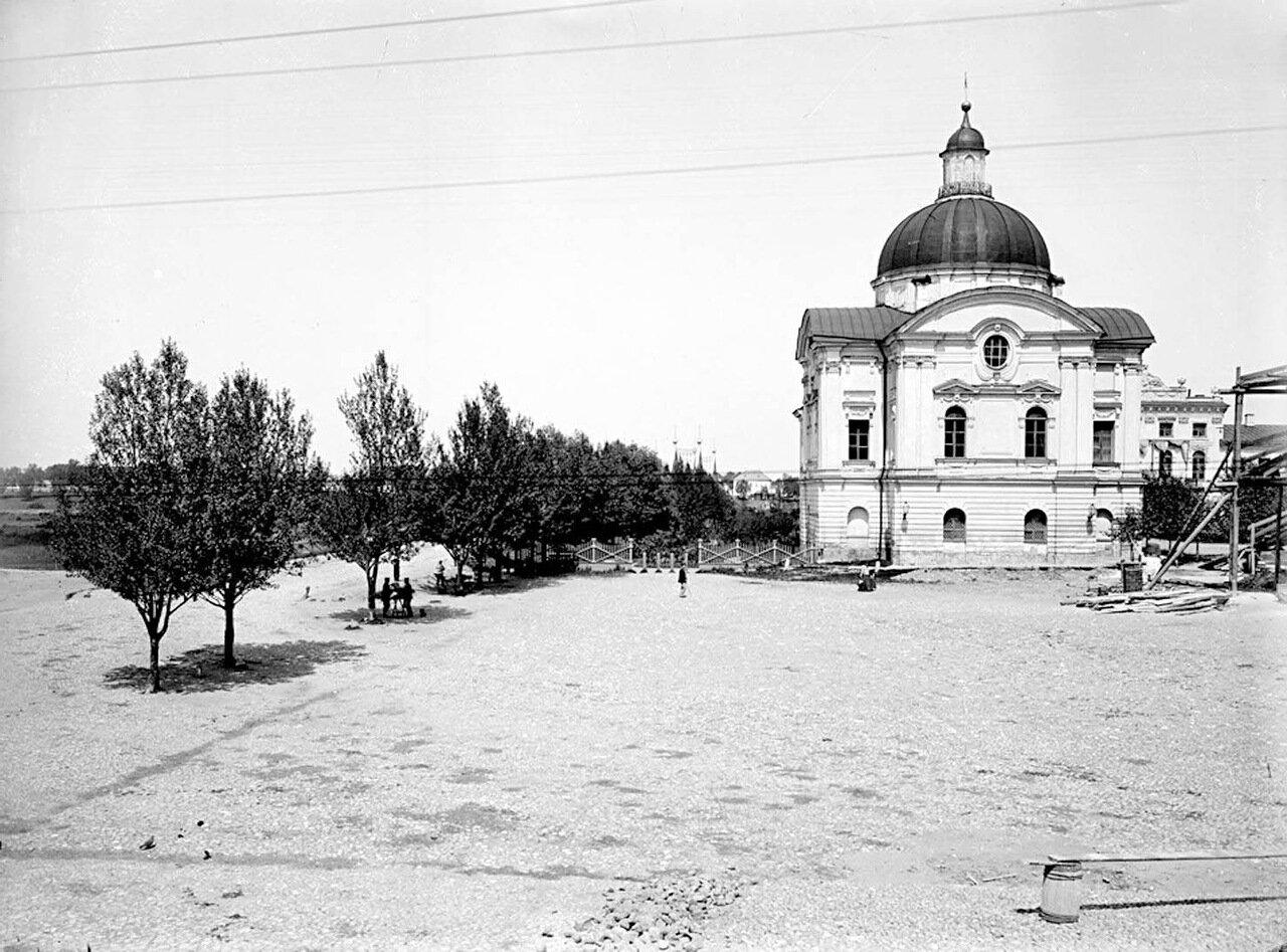 Западный павильон Императорского дворца и дорога к Волжскому мосту. 1903 г.