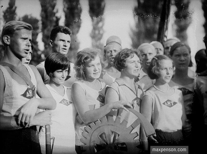 Группа спортсменов с эмблемой спортобщества