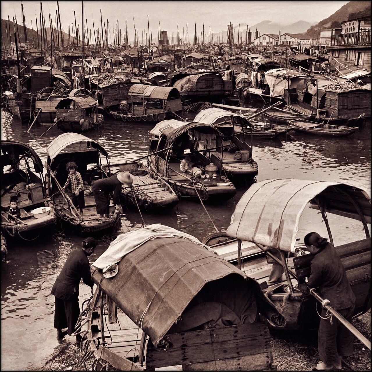 1946. Семьи рыбаков на джонках, Абердин-Харбор в Гонконге.