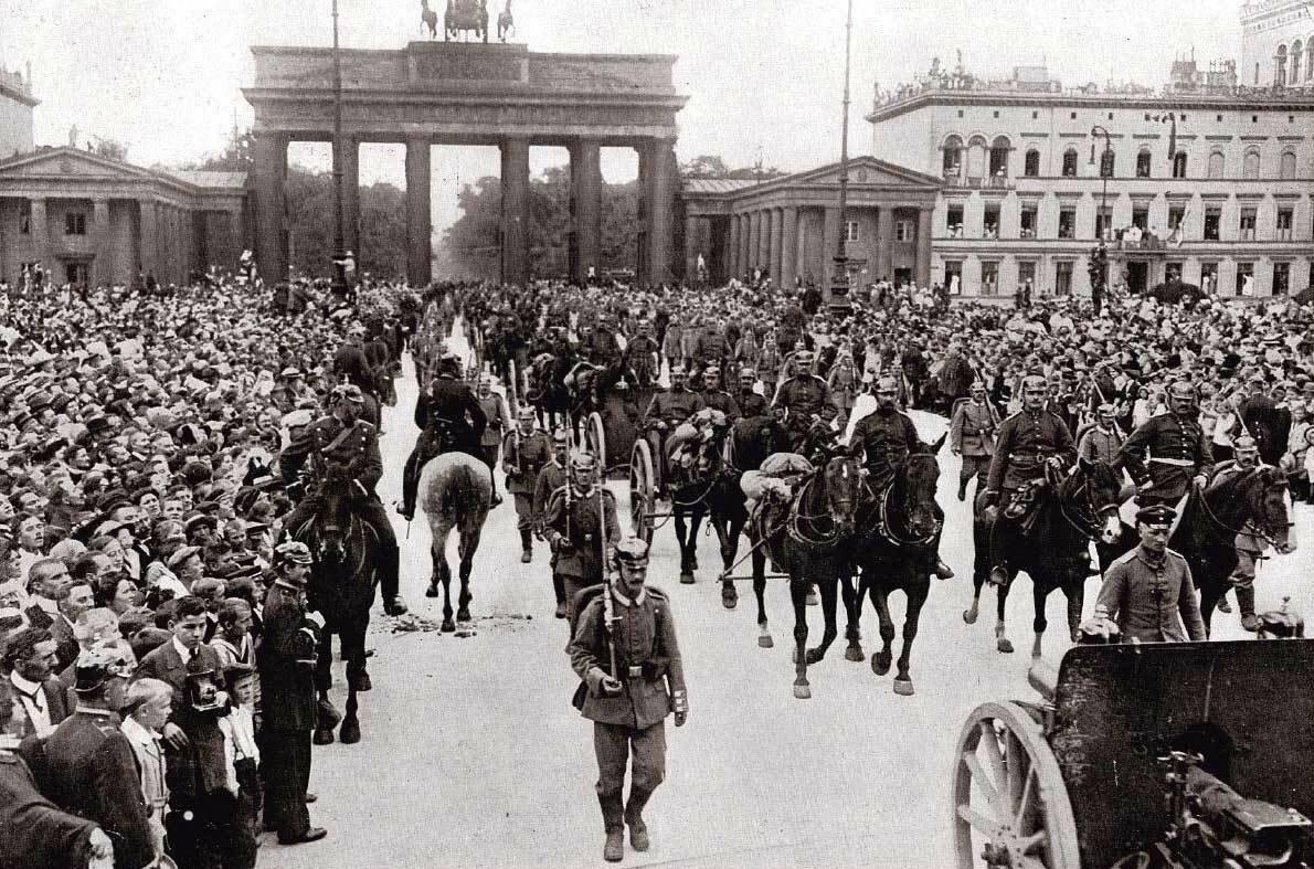 1914. Немецкие артиллеристы маршируют через Бранденбургские ворота