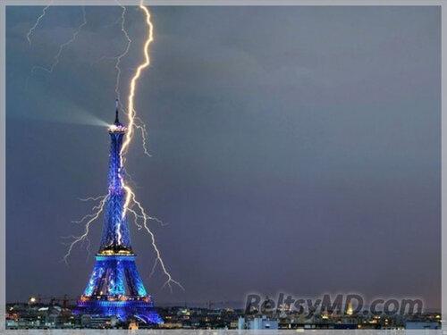 Разряд молнии ударяет прямо в Эйфелеву башню