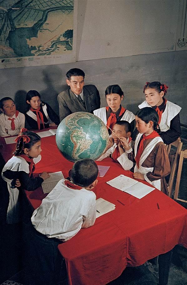 1952 год. Кара-Калпакия, г. Нукус. В средней школе им. А.С.Пушкина идёт урок географии.jpg