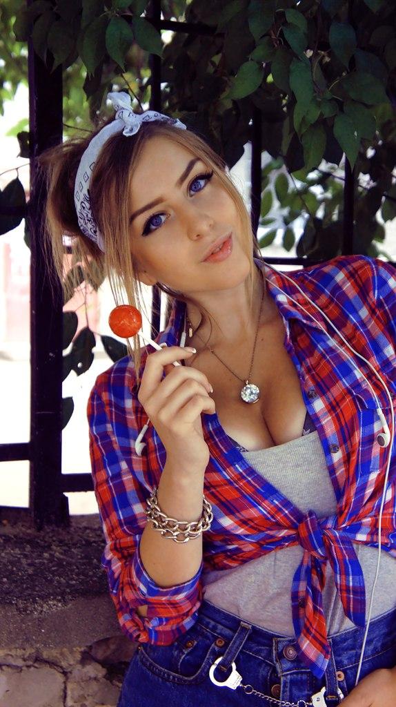 Красотка с конфетой в клетчатой рубашке