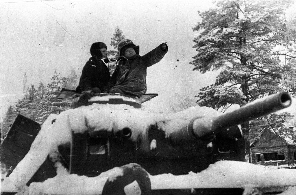 Деревенские дети сидят на башне подбитого и брошенного немецкого танка Pz.Kpfw.III. Зима 1941 -1942 гг. Московская область.