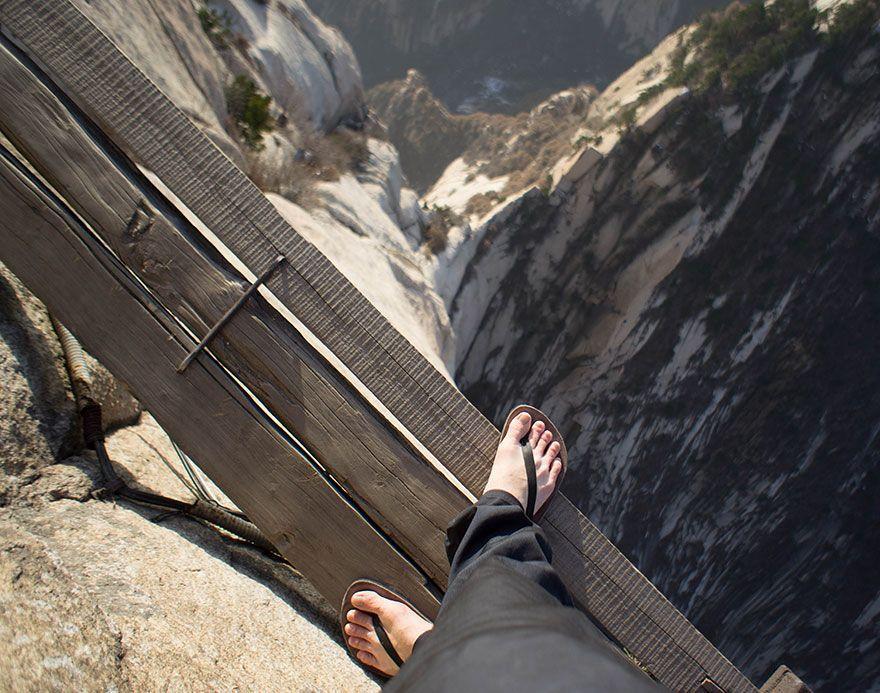 4. Монахи и паломники проложили эти «ступеньки» к вершине горы.