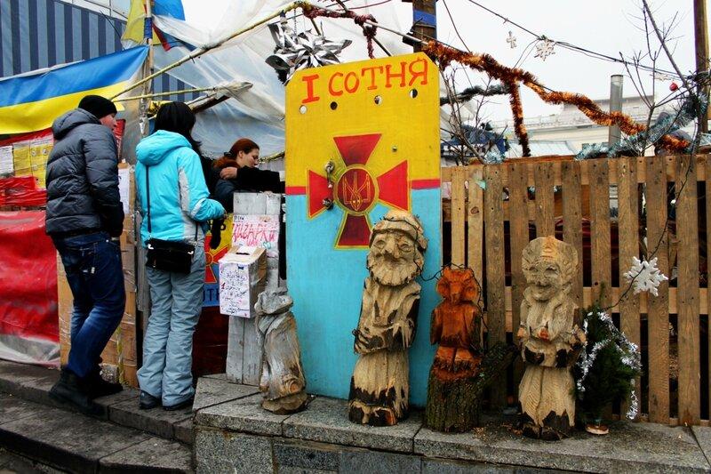 Деревянные фигурки на Евромайдане