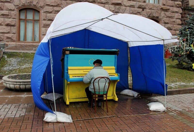 Политическое пианино под мэрией