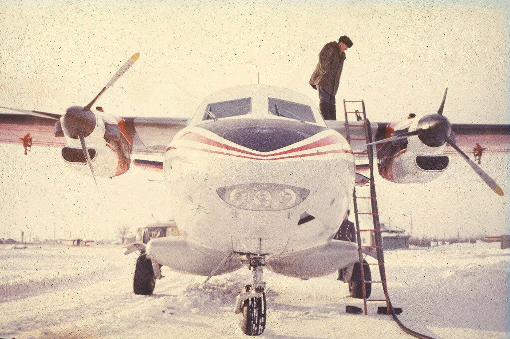 Заправка самолета Л-410 на аэродроме в Ключах