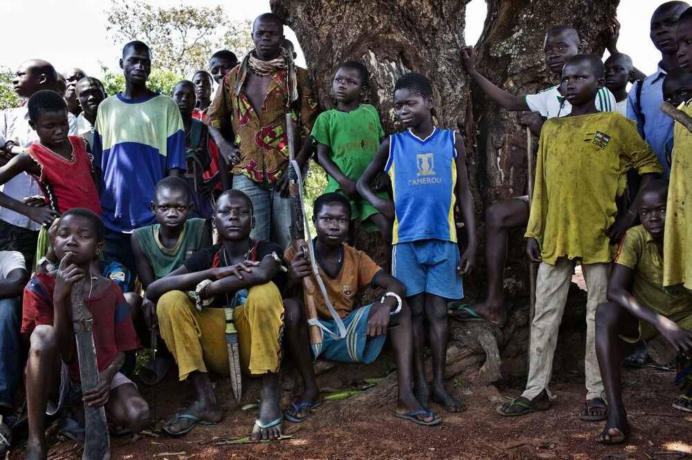 Дети-солдаты из христианского движения Anti-Balaca вышедшие на защиту одной из деревень, в окрестностях Босангоа, 3 ноября 2013 года