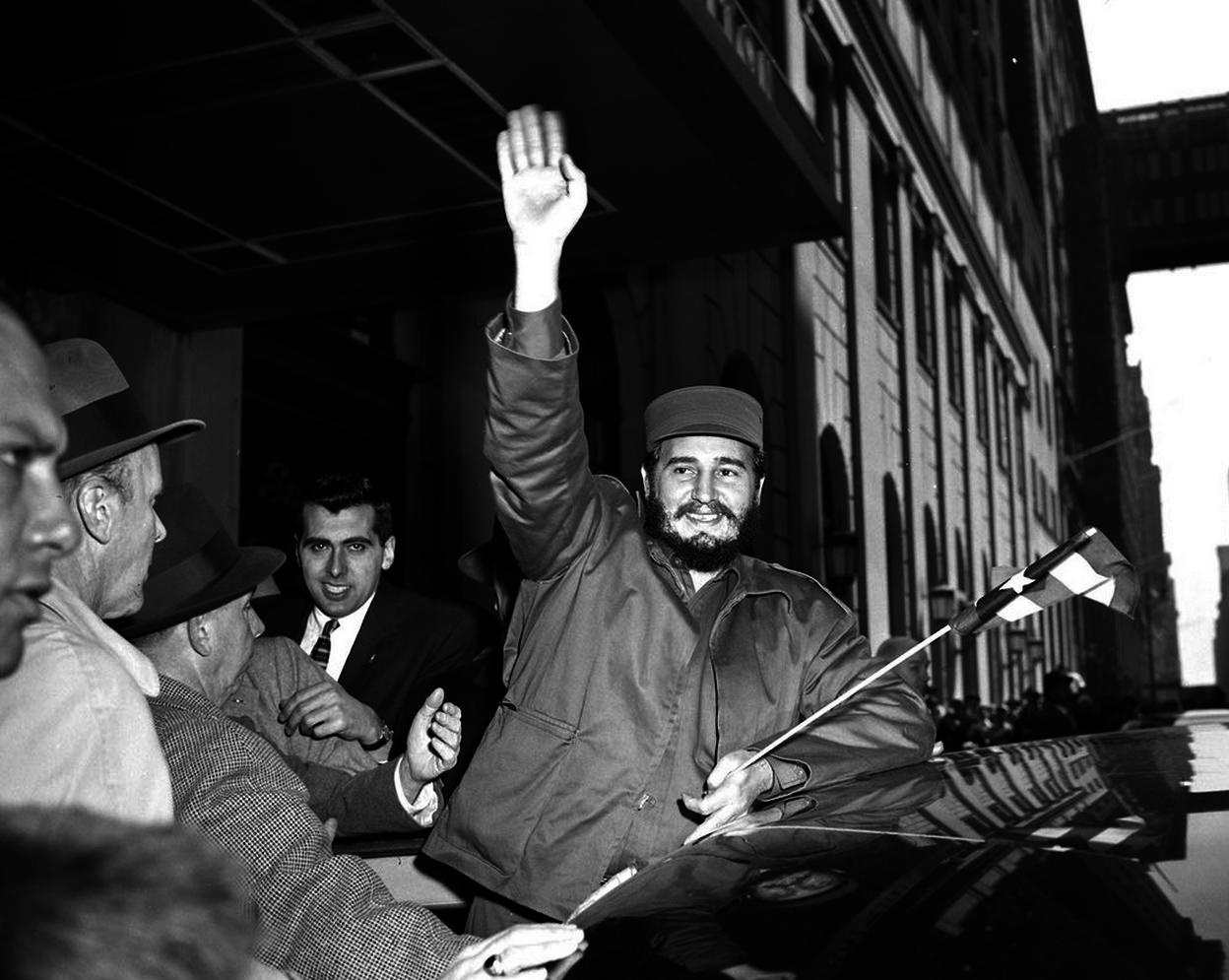 Кастро приветствует толпу возле отеля