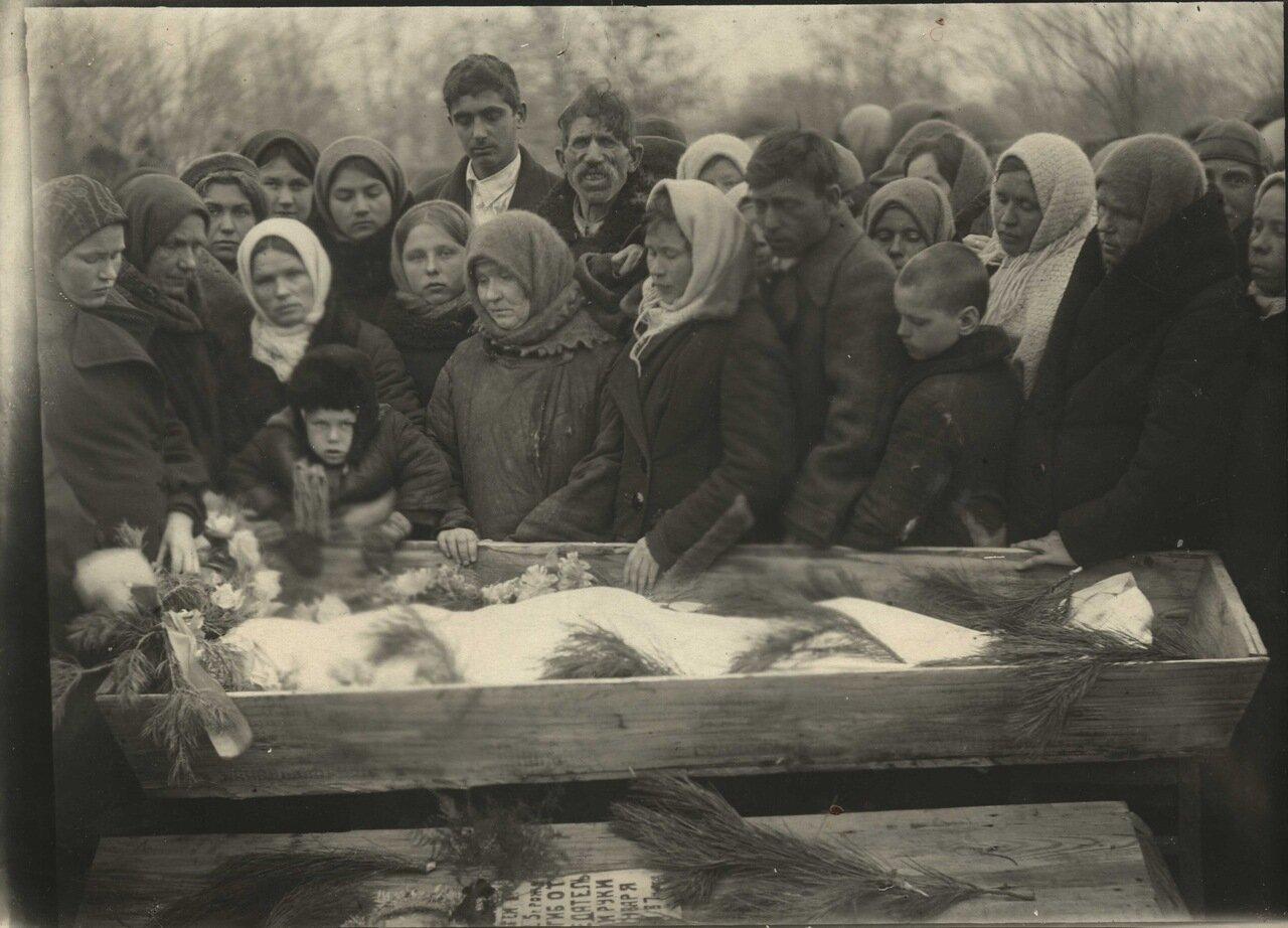 Краснодон.1943г. Похороны Сергея Тюленина