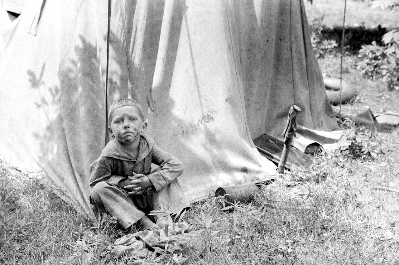 Ребенок сезонных рабочих возле палатки, Округ Берриен, Мичиган, 1940
