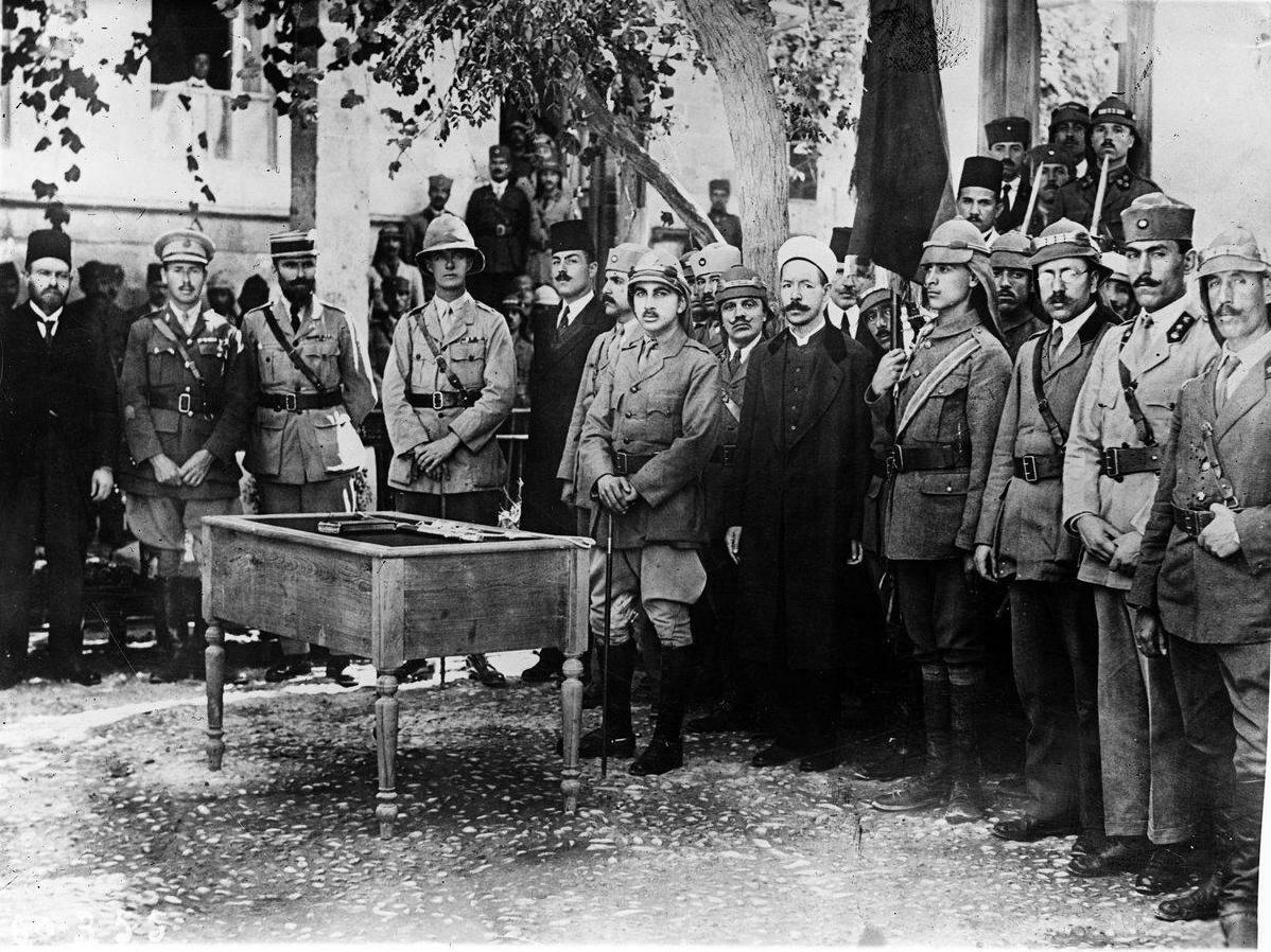 Эмир Зейд, младший брат Фейсала принимает клятвы арабских офицеров. 1920