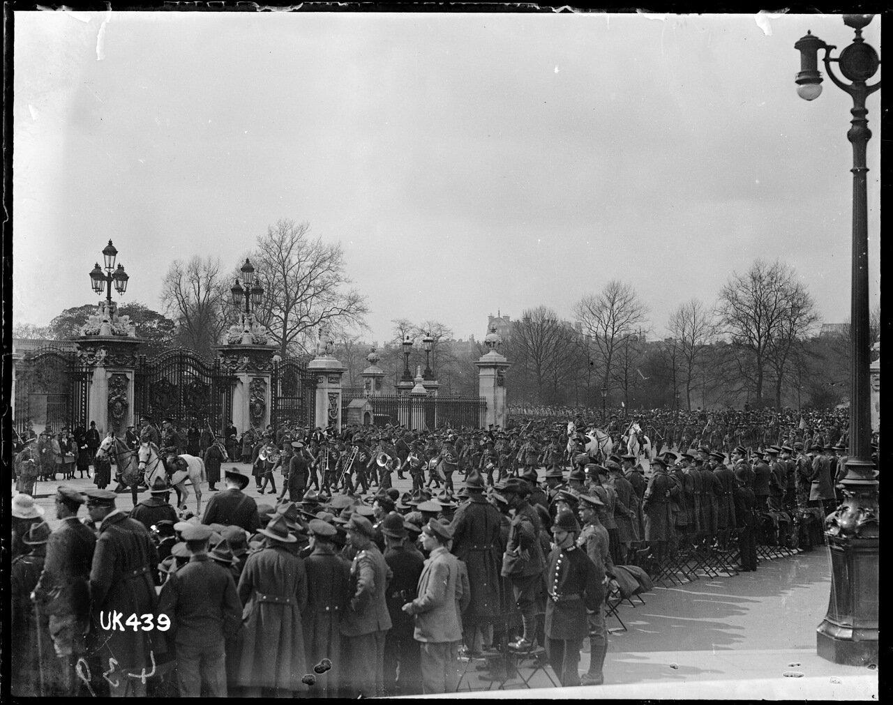 Пехота Новой Зеландии марширует мимо Букингемского дворца
