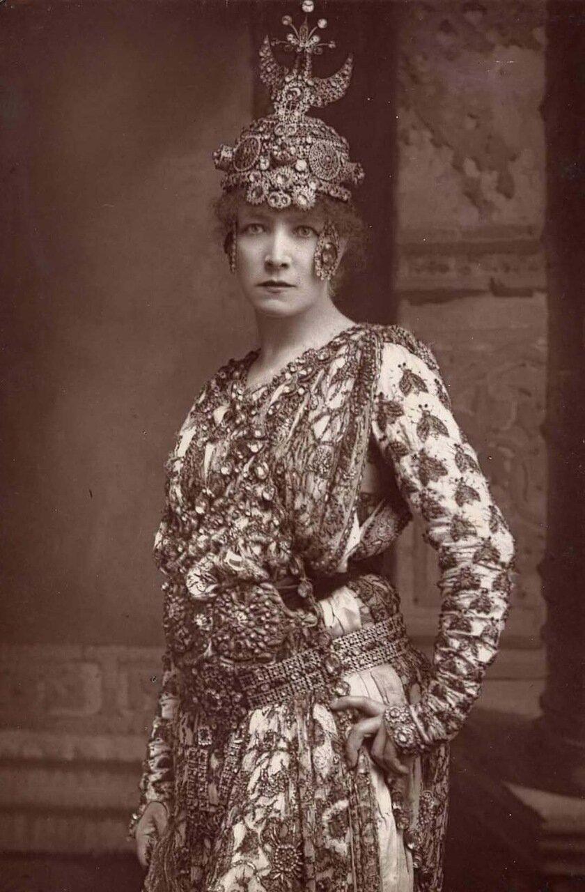 Сара Бернар. 1844-1923. Божественная Сара была, возможно, самой известной актрисой 19-го века. Здесь она позирует в образе императрицы Феодоры