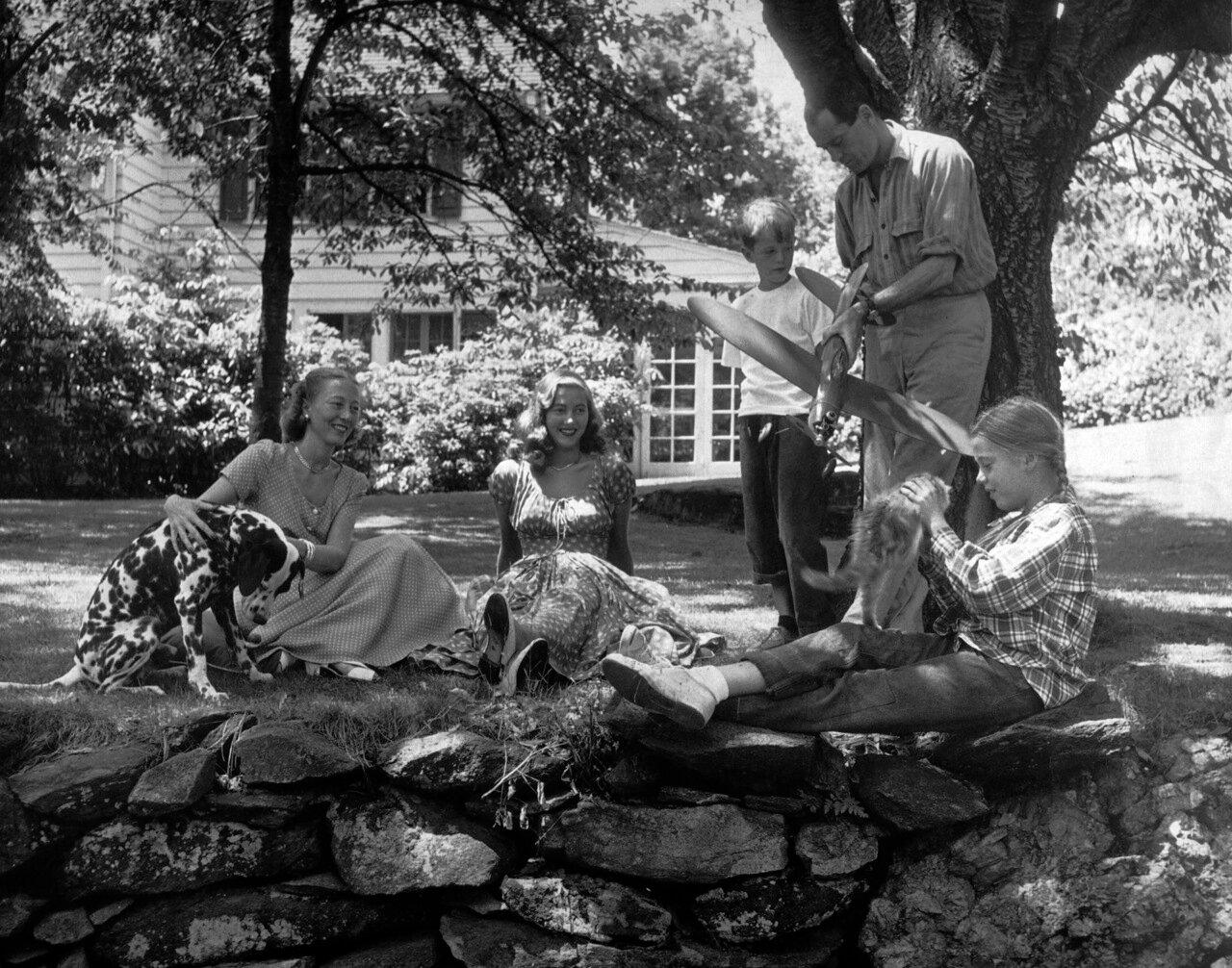 Семья Фонда во дворе своего дома. Питер Фонда, Генри Фонда, Джейн Фонда, Фрэнсис Броко