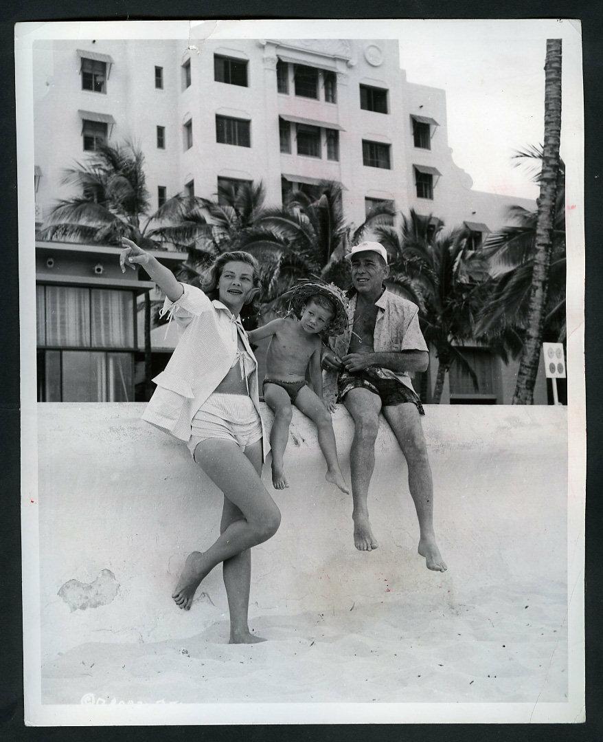 Хэмфри Богарт, Лорен Бэколл и Стивен Богарт на пляже Вайкики (Гавайи)