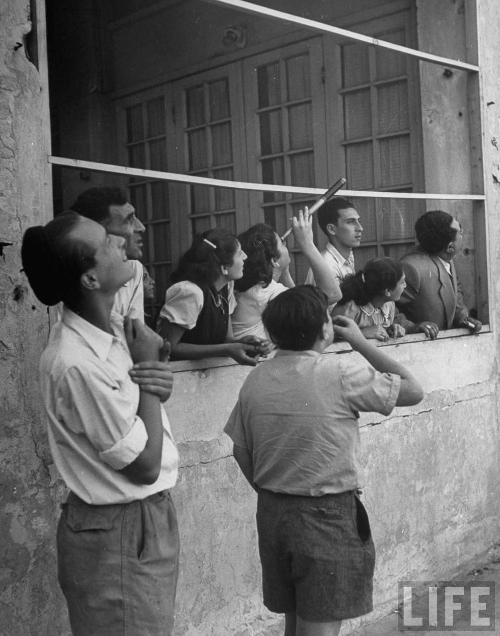 1948. Май. Люди на набережной следят за воздушным налетом