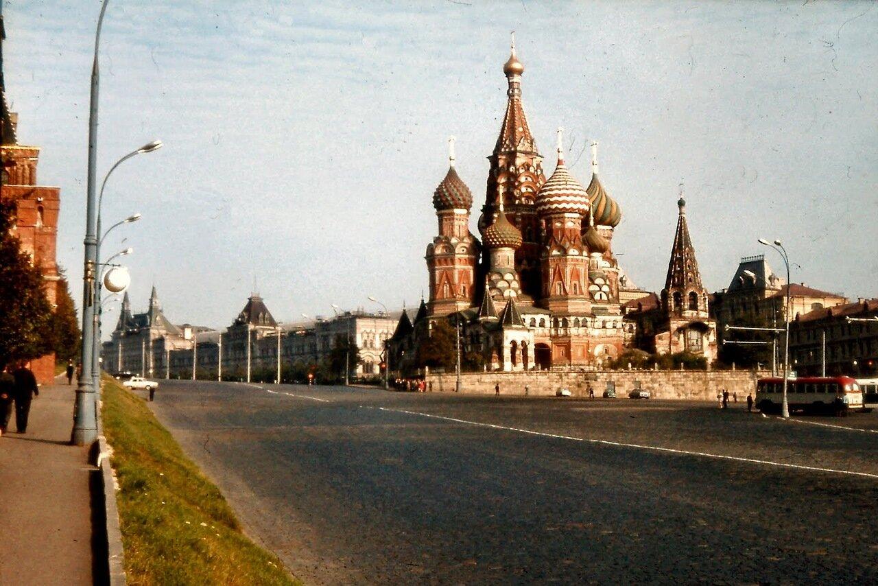 MOSCOU - C'est pour célébrer la prise de Kazan par les troupes russes que le tsar Ivan IV ordonna la construction d'un édifice qui, à l'origine, devait être entouré de sept chapelles consacrées chacune au saint dont la fête correspondait aux évènements le