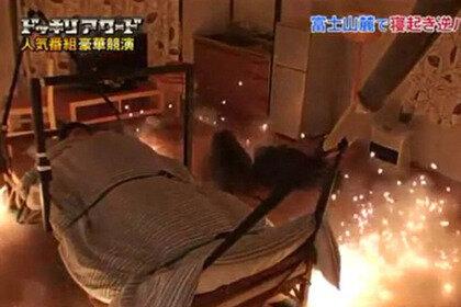 Спящий японец был катапультирован с кровати