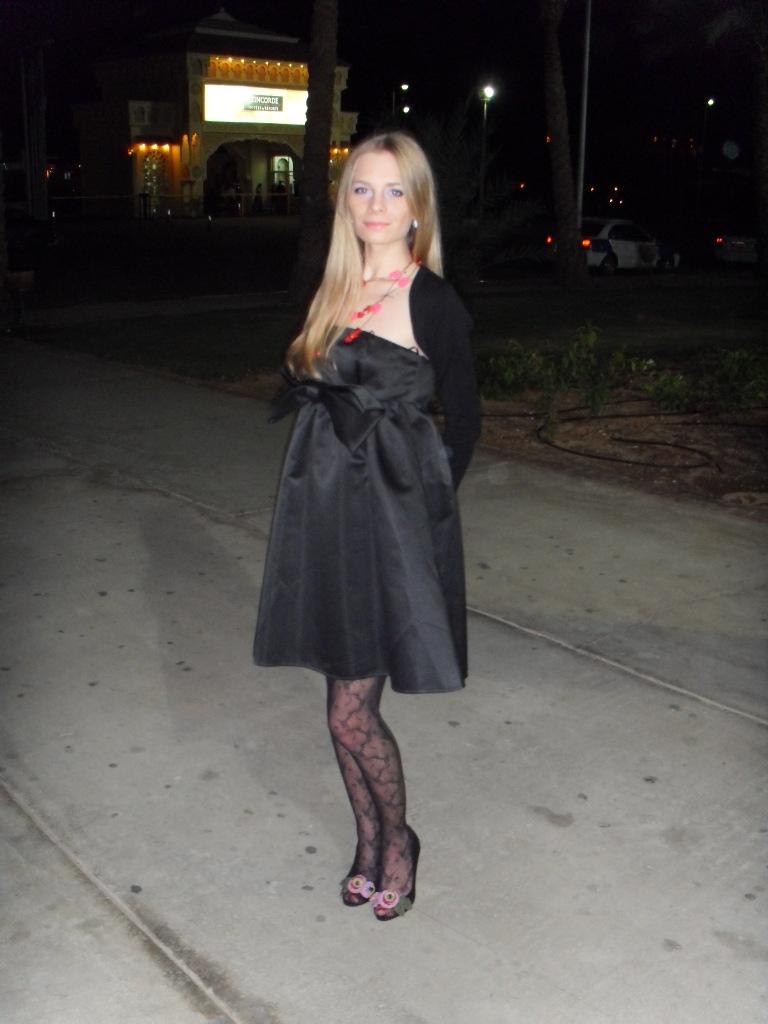 Блондинка в черном нарядном платье