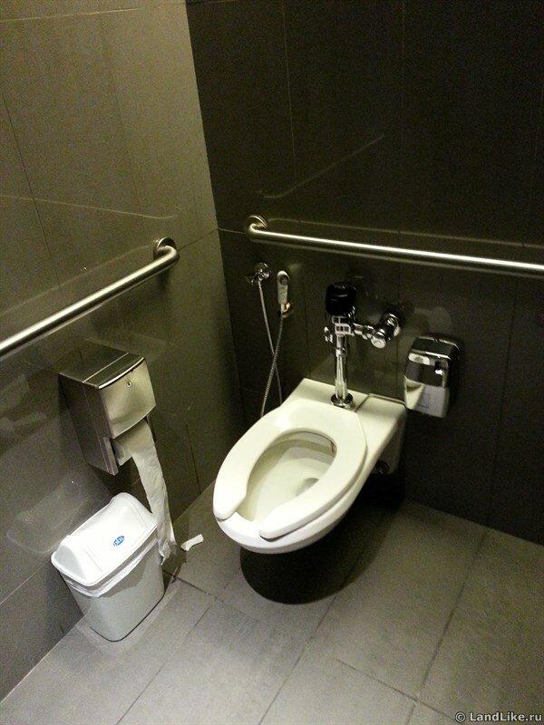 Туалет в Бурдж Халифе на высоте 452 метров.