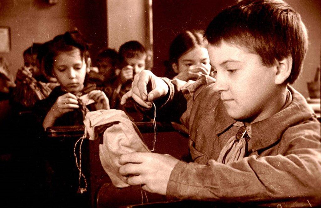 Учащиеся 3-го класса женской школы № 216 Куйбышевского района готовят кисеты в подарок фронтовикам. На первом плане Г.Семенова. 1943 г.  Ленинград.