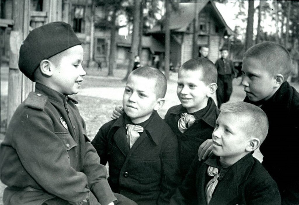 6-летний Толя Воронов, прошедший боевой путь с одной из гвардейских дивизий, знакомится со своими новыми товарищами в детском доме №9.  Май 1945 г. Московская область