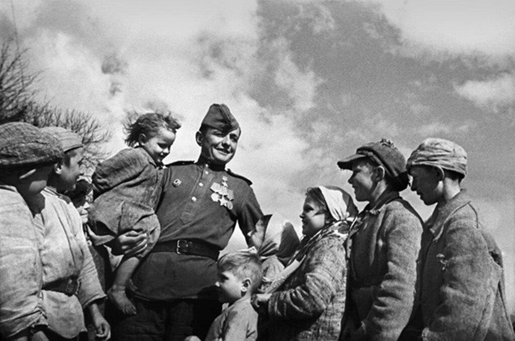 Красноармеец Иван Кузнецов приехал в родное село Бельдяшки Орловской области. 1945 г.