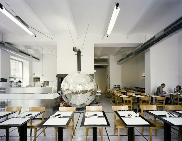 Пицца по-венски. Кафе `Disco Volante`. Архитектор Lukas Galehr