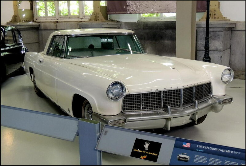 Autoworld 8210 Lincoln Continental Mk II 1957