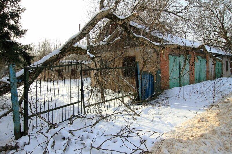 Ворота и старый гараж, Никольское-Обольяниново