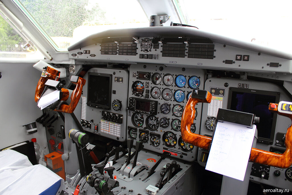 Кабина пилотов в самолете L-410