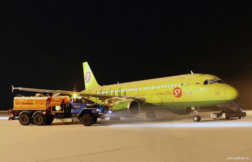 Заправка топливом самолета в аэропорту Горно-Алтайска