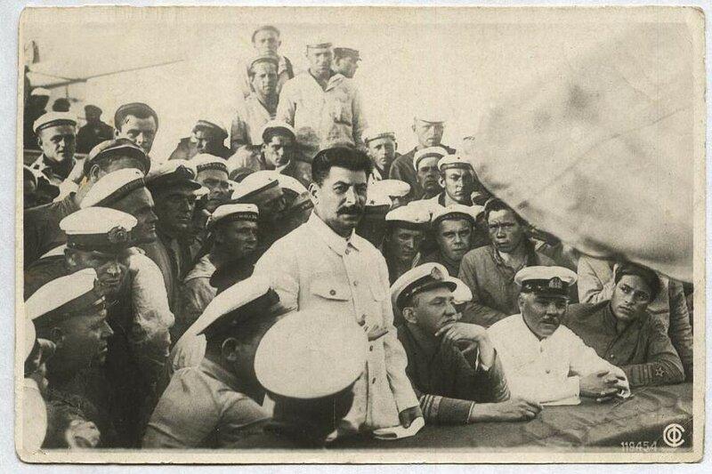 Крейсер Червона Украина. И.Сталин и К.Ворошилов среди моряков, 1929