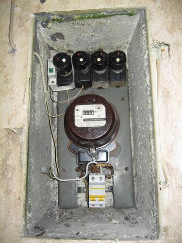 Фото 22. Квартирный щит после устранения неисправностей. Вместо пакетного выключателя установлен двухполюсный автомат, провод заземления стиральной машины переподключен. Все ПАР функционируют нормально.