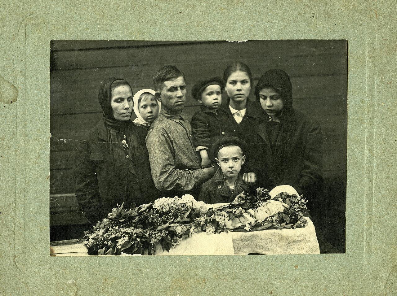 Похороны младенца в семье бригадира строителей. 30-ые гг.