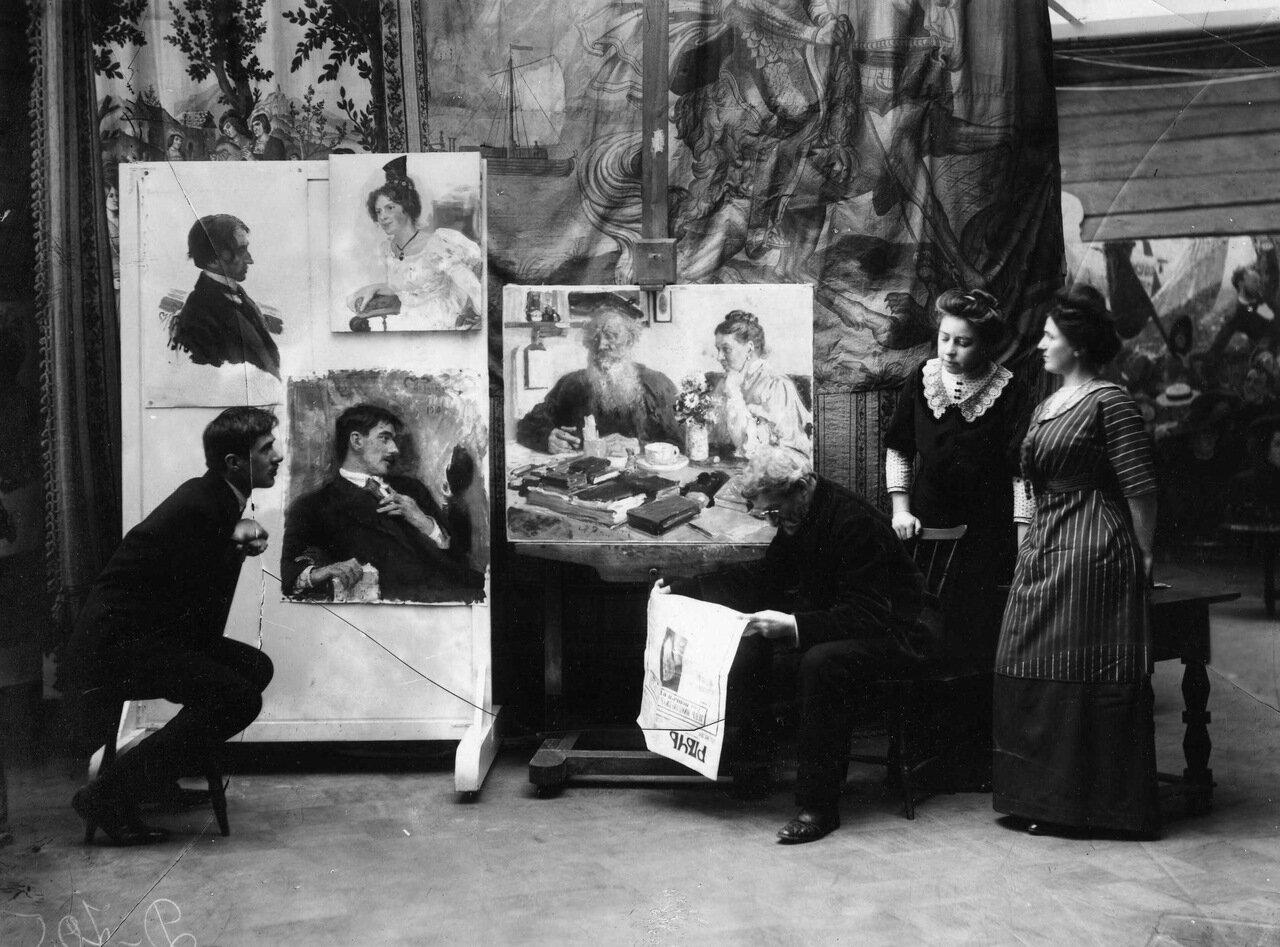 Репин читает известие о смерти Льва Толстого. Слева - Чуковский. 1910 г.