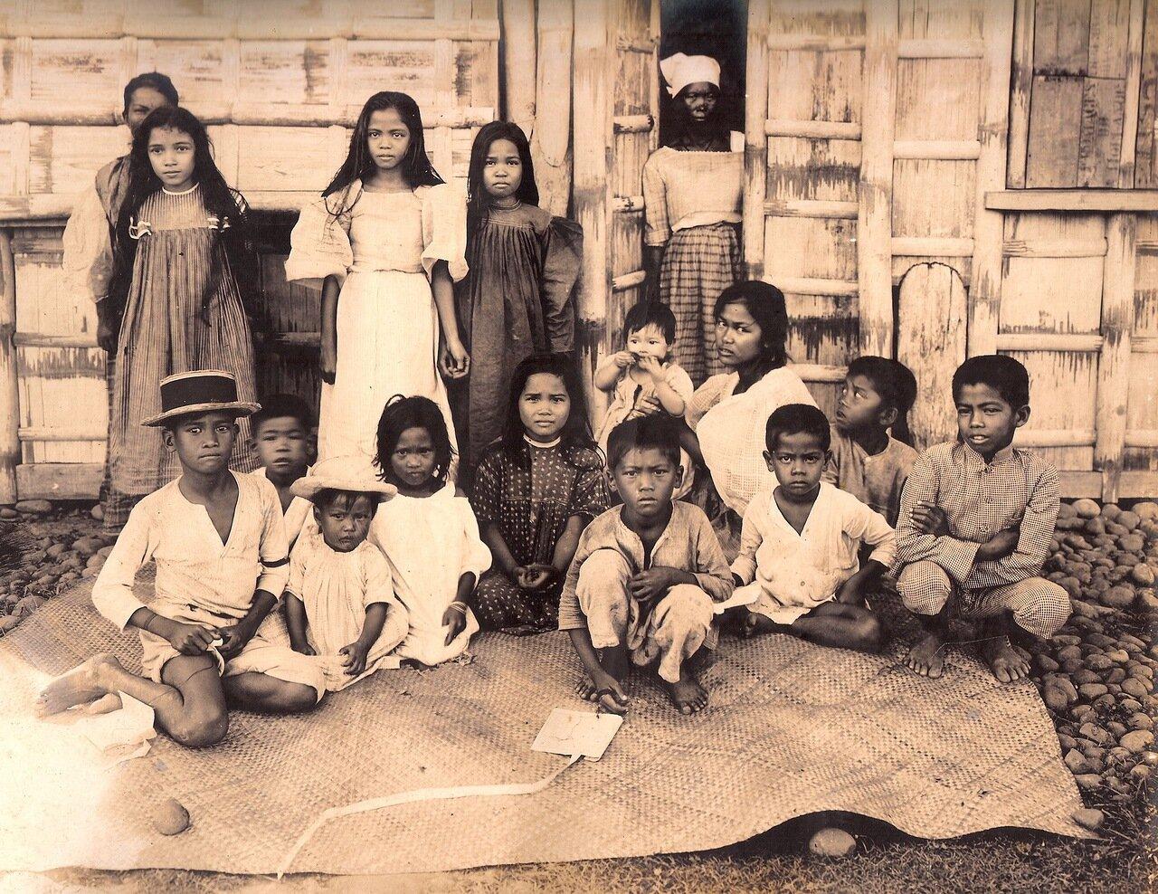 Местные дети на баниге, коврике ручной работы