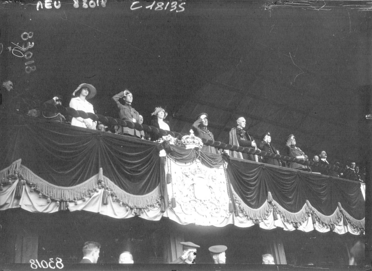 После торжественной мессы публика заполнила стадион. Возгласы восхищения по поводу его убранства переросли в бурю восторга, когда в королевской ложе появился Его Величество Альберт I, в той же форме, в какой он четыре года сражался во главе бельгийской армии