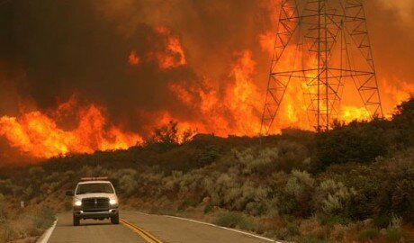 600 пожарных борются с огнём на севере Лос-Анджелеса