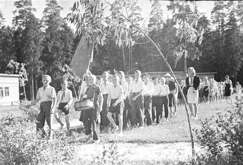Пионеры Глуховского хлопчато-бумажного комбината имени Ленина отправляются на прополку колхозного поля.  26 июня 1944 г.Ногинск.