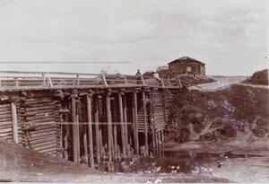 Вид деревянного моста через реку Струнку.
