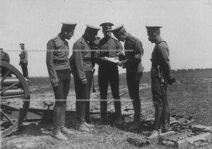 Группа юнкеров-артиллеристов у орудия во время учебной стрельбы.